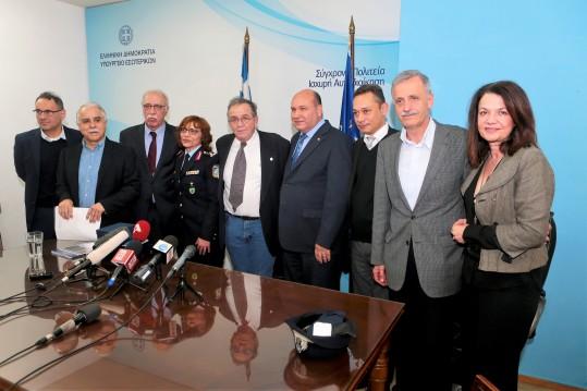 Ο απερχόμενος υπουργός Μεταναστευτικής Πολιτικής Ιωάννης Μουζάλας και ο νέος υπουργός Δημήτρης Βίτσας καθώς και ο υφυπουργός Μεταναστευτικής Πολιτικής Ιωάννης Μπαλάφας κατά την τελετή παραλαβής στο υπουργείο Μεταναστευτικής Πολιτικής, Παρασκευή 2 Μαρτίου 2018. ΑΠΕ-ΜΠΕ/ΑΠΕ-ΜΠΕ/Παντελής Σαίτας
